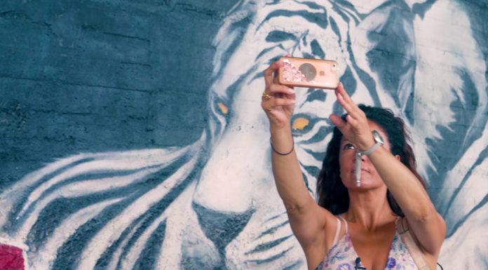 Selfie davanti a uno dei murales